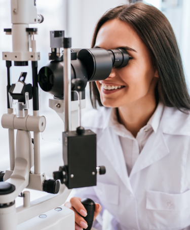 optométriste effectuant un examen de la vue